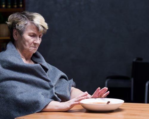 تغذیه در بیمار مبتلا به آلزایمر که عصبانی یا تحریک پذیر